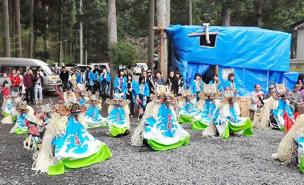 2011年5月、避難所の敷地で披露された「臼沢鹿子踊」=岩手県大槌町