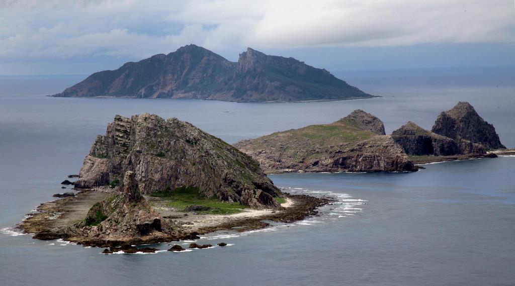 尖閣諸島を含む東シナ海上空 手前から南小島、北小島、魚釣島。海上自衛隊の哨戒機P-3Cから=沖縄・尖閣諸島(鈴木健児撮影)
