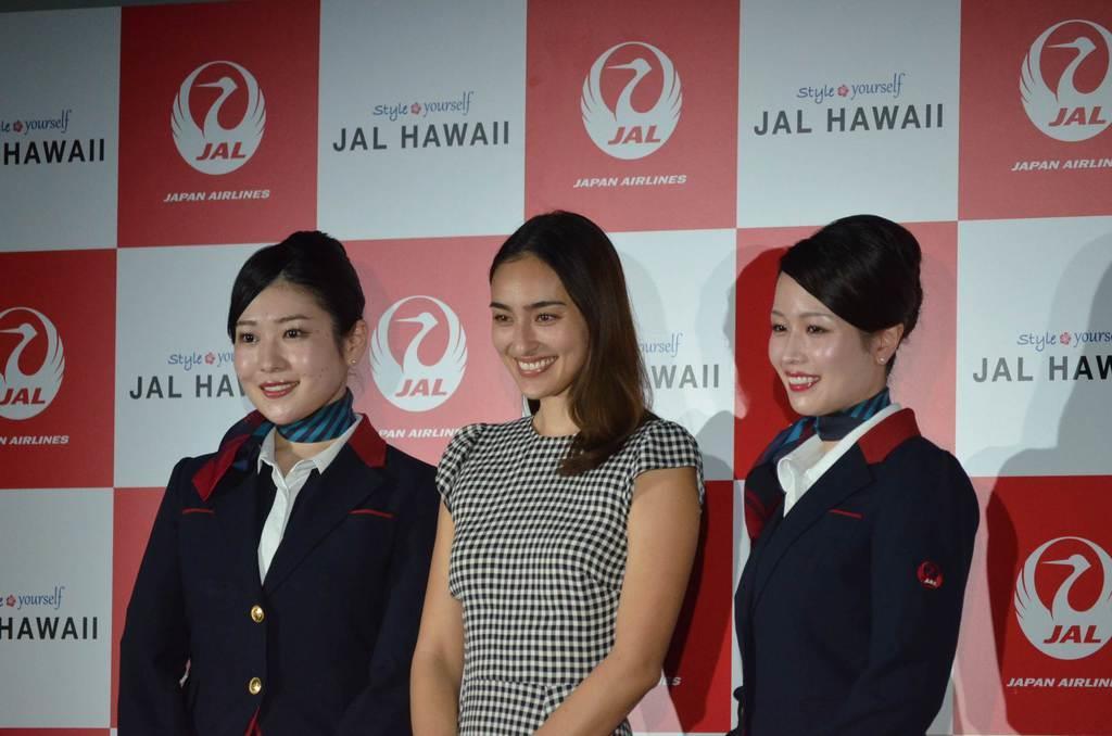日本航空の「JAL HAWAII」キャンペーンに登場したモデルの長谷川潤さん(中央)=3月29日、東京都千代田区(平尾孝撮影)