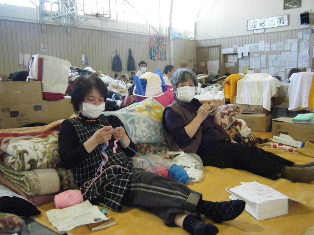 避難所に届けた毛糸を編む被災女性。ここから始まった(ハートニットプロジェクト撮影)