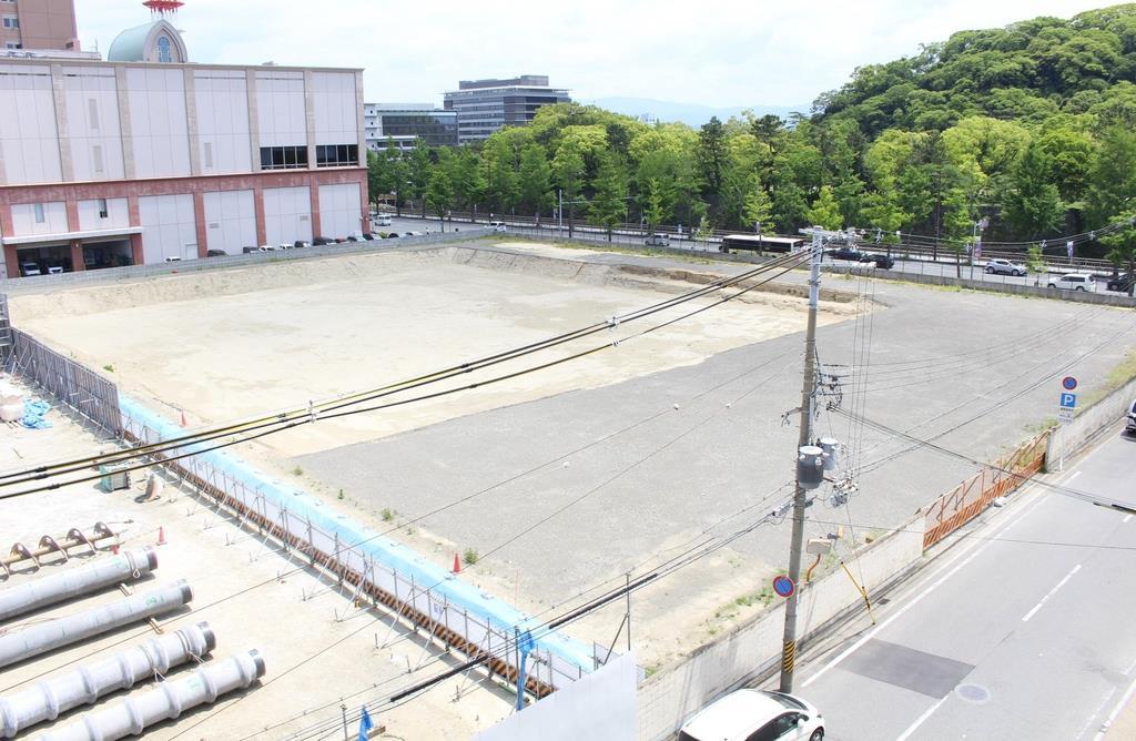 新市民会館建設予定地の市立伏虎中学校跡地。工事は延期されたままとなっている=和歌山市