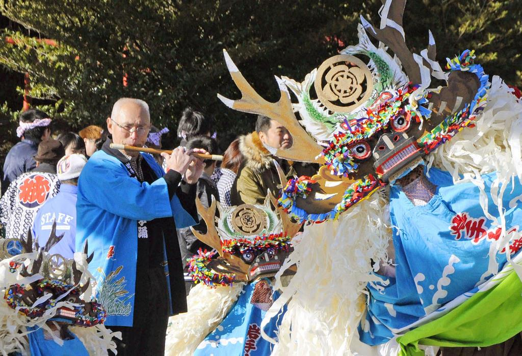 今年の元日、岩手県大槌町の神社に奉納された郷土芸能「臼沢鹿子踊」で笛を吹く東梅英夫さん
