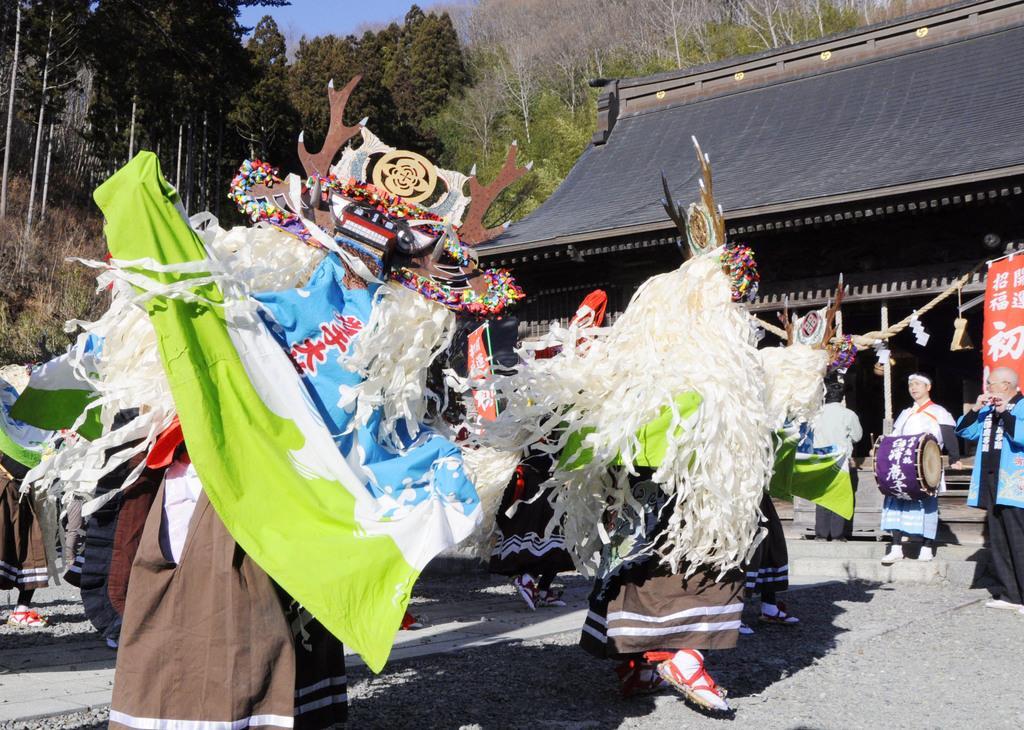 今年の元日に岩手県大槌町の神社に奉納された郷土芸能「臼沢鹿子踊」