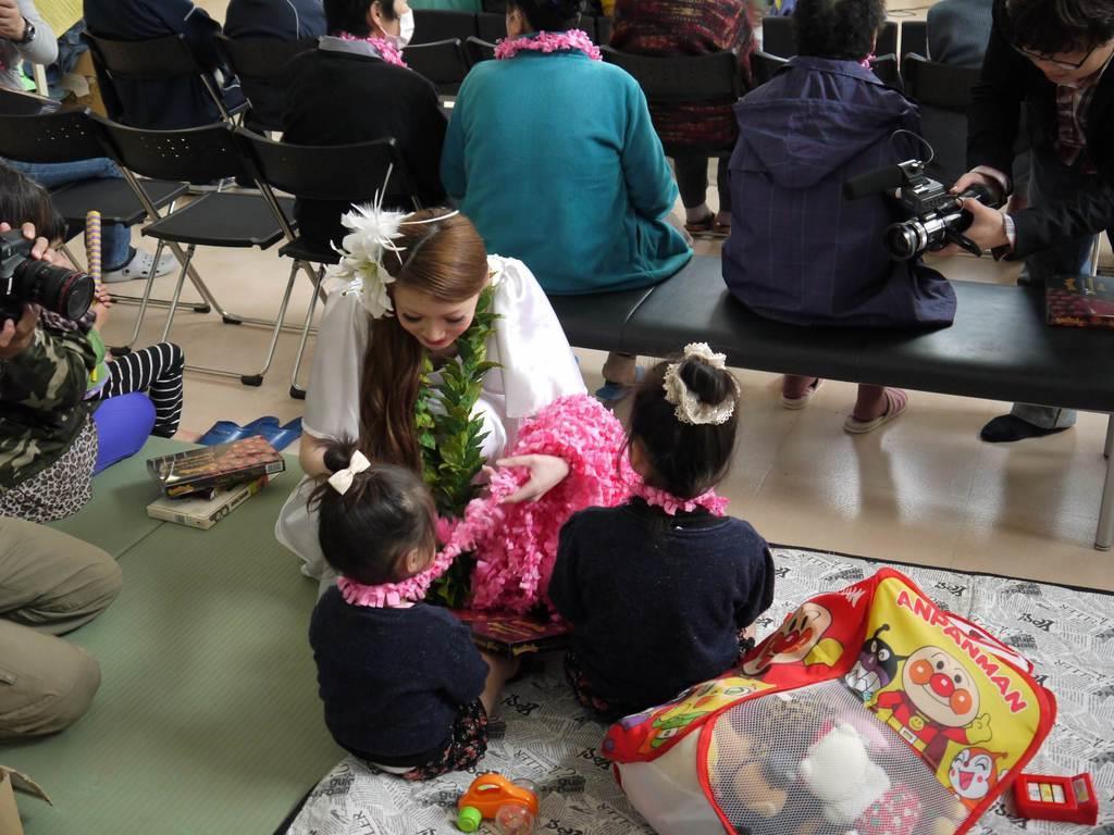東日本大震災後、全国各地に飛び立ったフラガール。地元福島県いわき市を慰問した際も大きな拍手を受けた