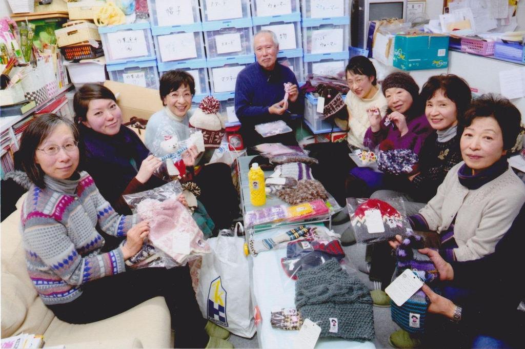 ボランティア拠点となった盛岡市のスキースクール事務所。編み上がった作品を仕分けて発送する。左から3人目が松ノ木和子さん。隣の男性は力仕事を担ってくれたアミマーさんの夫(ハートニットプロジェクト撮影)