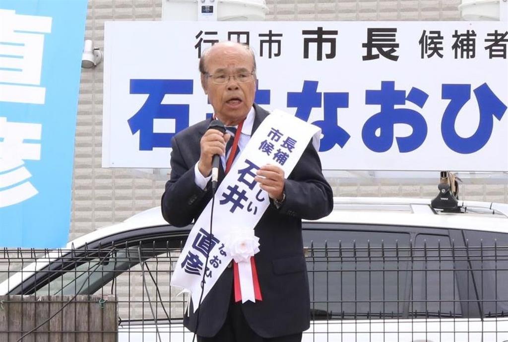 行田市長に当選した石井直彦氏=4月14日、行田市西新町(竹之内秀介撮影)