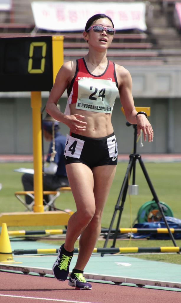 女子5000メートル競歩 20分42秒25の日本新記録でゴールした岡田久美子=熊谷スポーツ文化公園陸上競技場