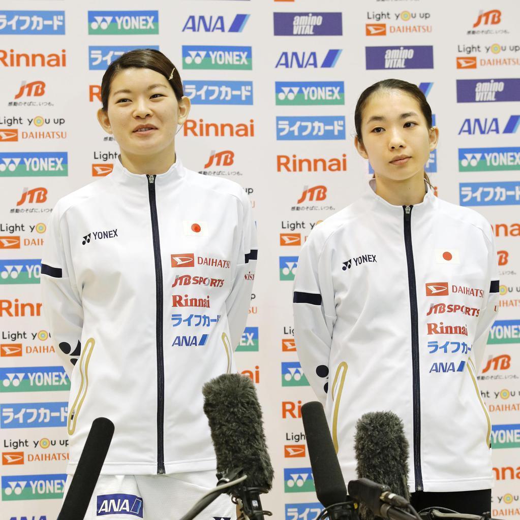 公開練習を終えて取材に応じる高橋(右)、松友組。日本人3番手から五輪出場を狙う=5月8日、味の素ナショナルトレーニングセンター