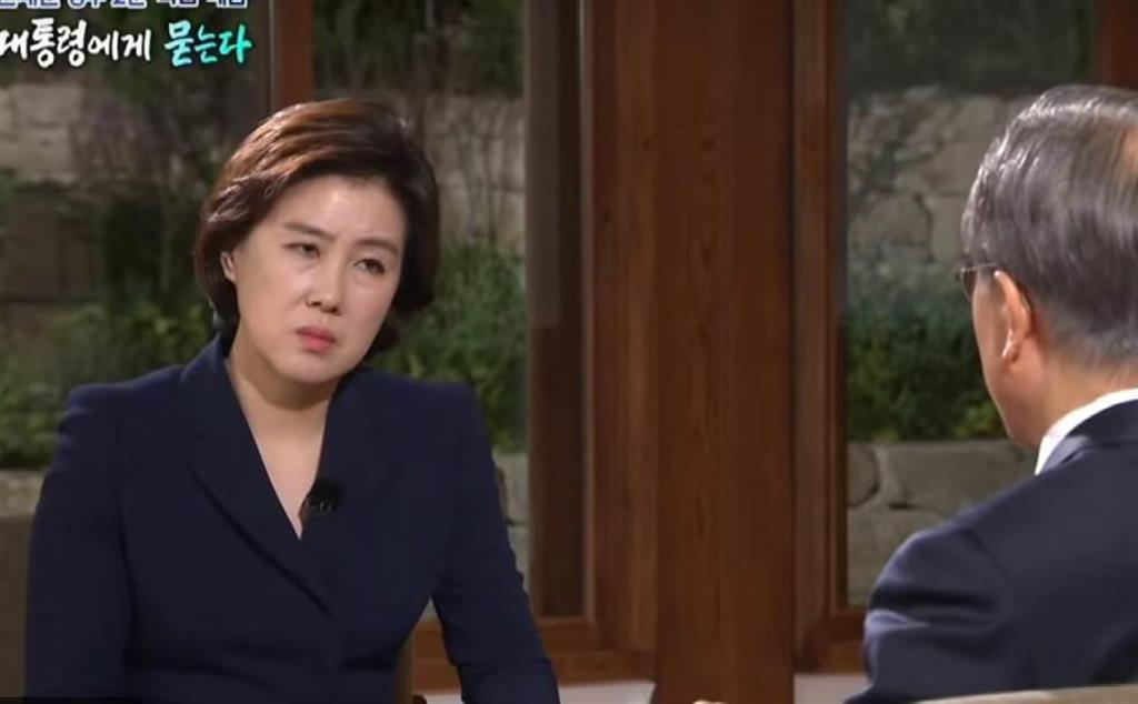 5月9日、韓国・文在寅大統領就任2周年を前にKBSが放映した文氏の単独インタビュー番組。険しい表情を浮かべる聞き手の女性記者に対し「態度が無礼だ」として視聴者から苦情が殺到した(KBSの公式ユーチューブから)
