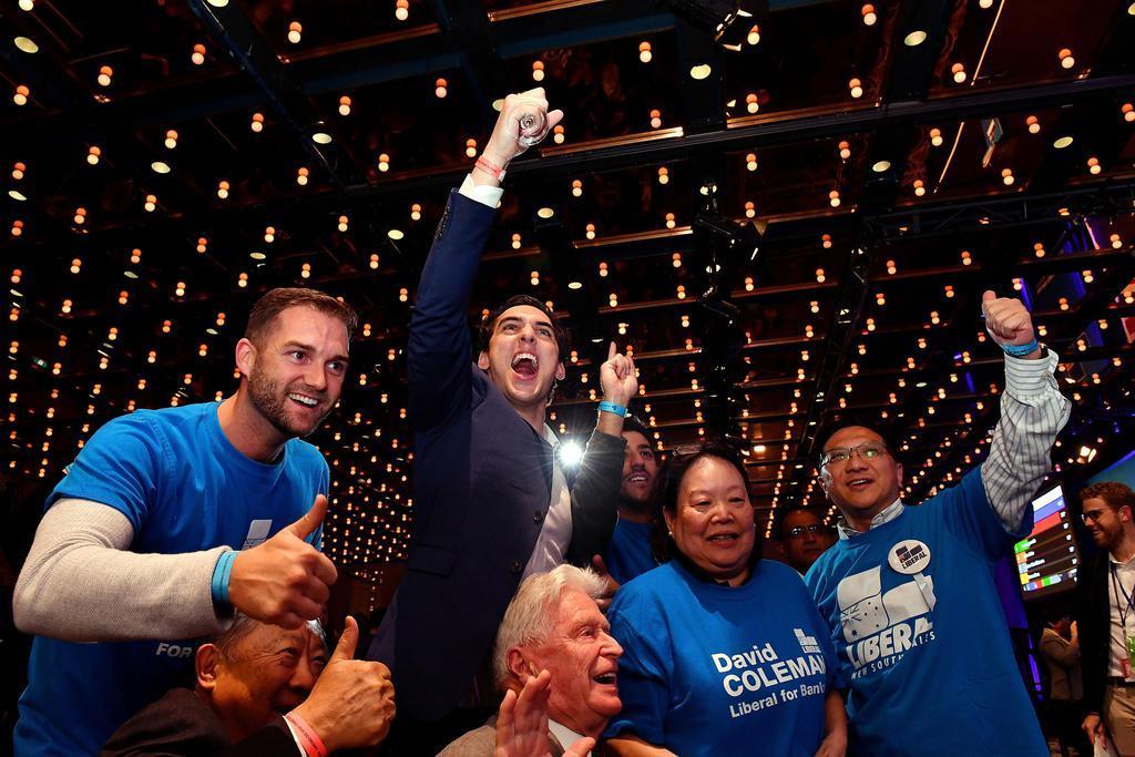 18日、オーストラリア最大都市シドニーで、総選挙の開票結果を見て喜ぶ与党保守連合の支持者(ロイター)