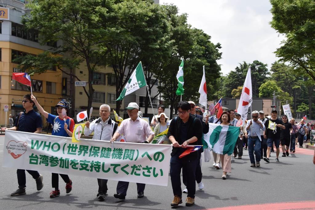 台湾の世界保健機関(WHO)年次総会への参加支持を求めてデモ行進する在日台湾人や関係者ら=19日、東京・新宿(岡田美月撮影)