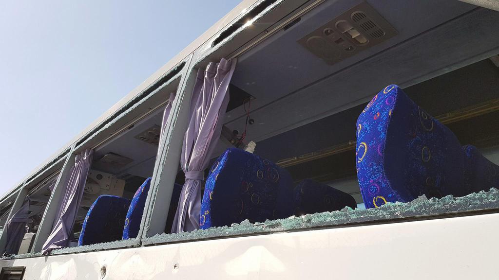 19日、エジプトの首都カイロ近郊で、爆発の影響で窓ガラスが割れたバス(ロイター)