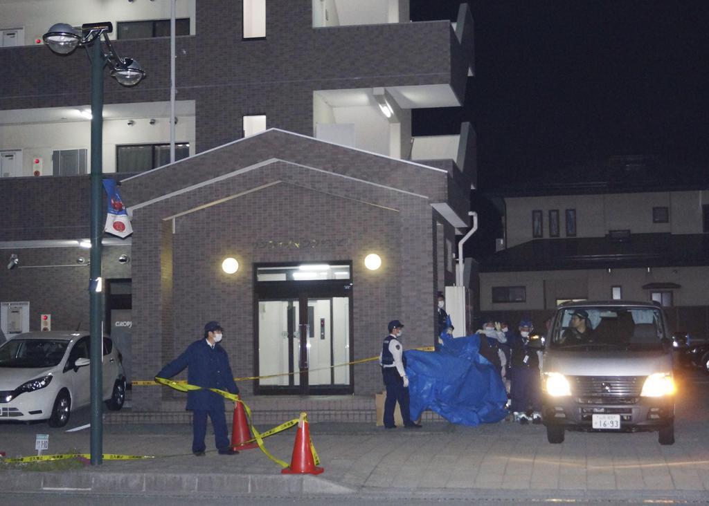 死亡している女性が発見された山形県東根市のマンション=20日午前0時7分