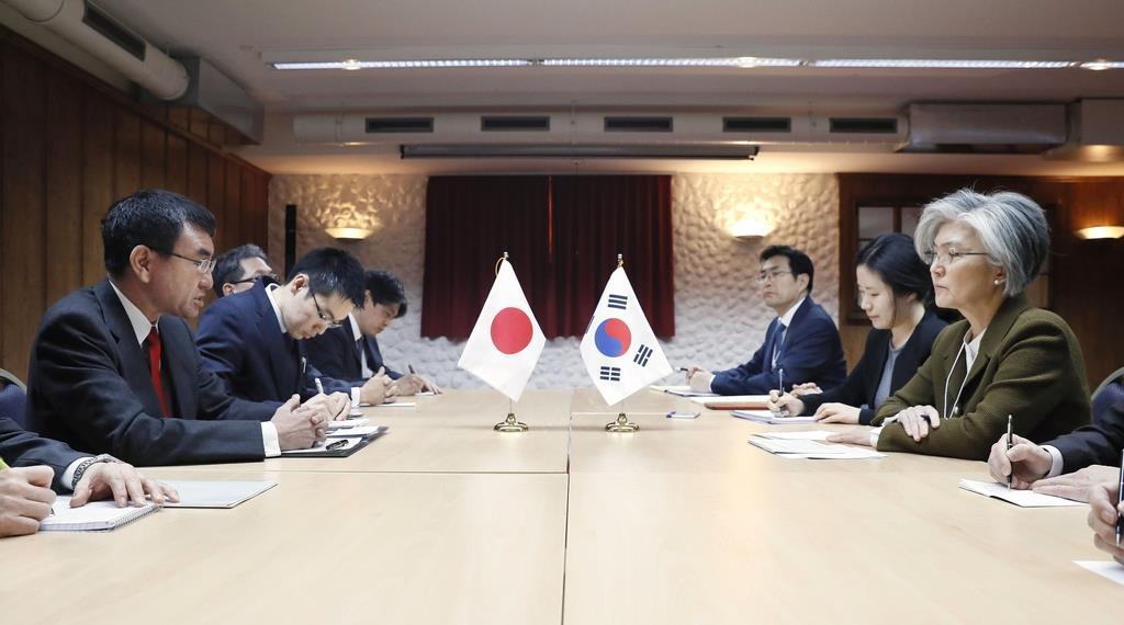 いわゆる徴用工訴訟の問題で、韓国の康京和外相(右端)と会談する河野外相(左端)=1月23日、スイス・ダボス(共同)