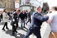 離脱党党首の服にシェーク 被害続き、販売自粛要請も