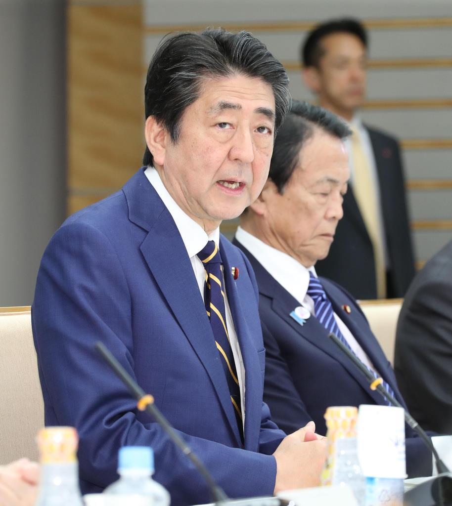 安倍晋三首相は誰を「後継指名」するのか。麻生太郎副総理兼財務相(奥)もキングメーカーとしての存在感は大きい(春名中撮影)