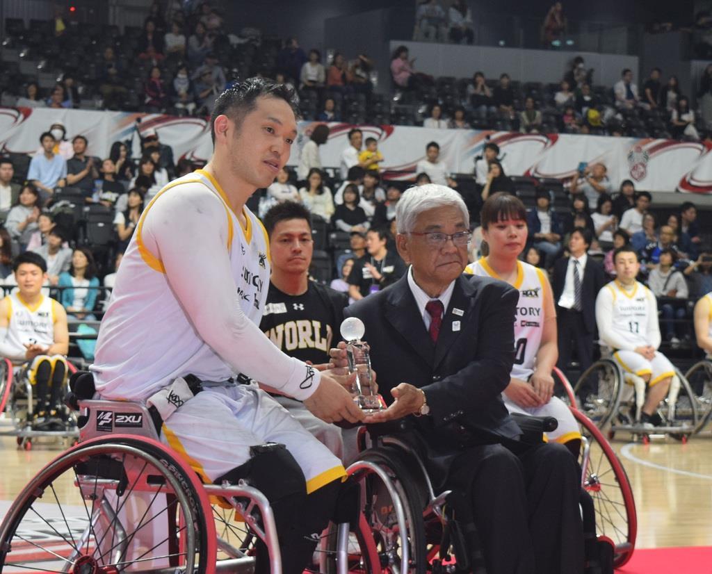 MVPを受賞した藤本怜央選手(左)と、日本車いすバスケットボール連盟の玉川敏彦会長