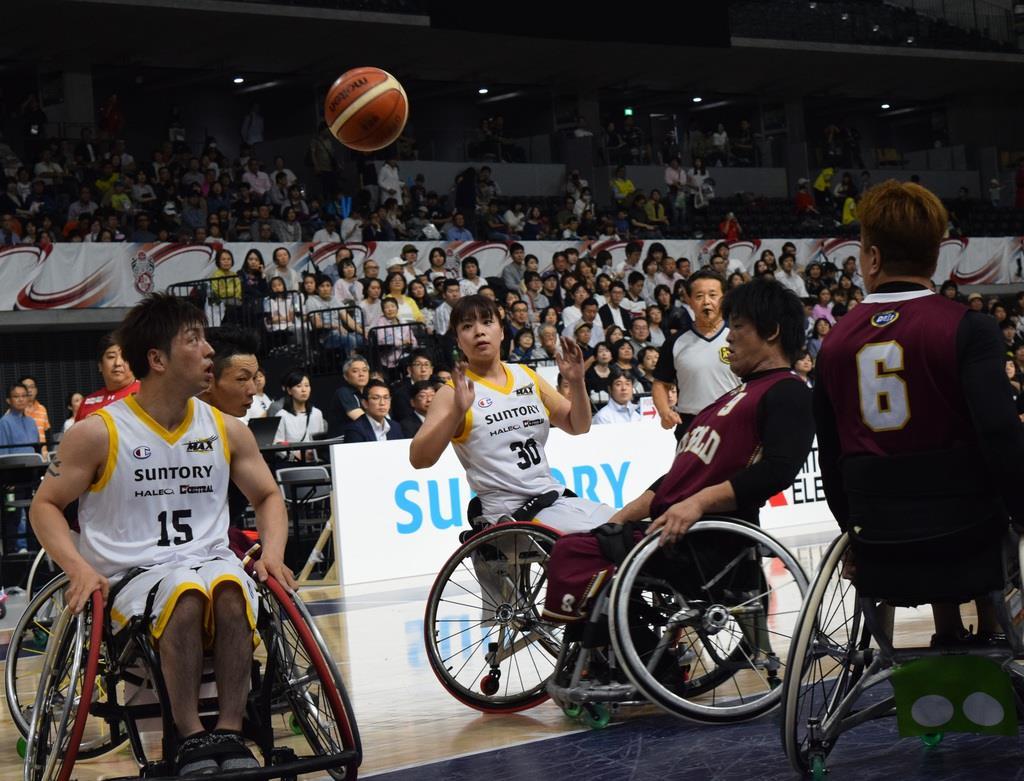 宮城MAXの藤井郁美選手(中央)が藤井新悟選手(左)にアシスト