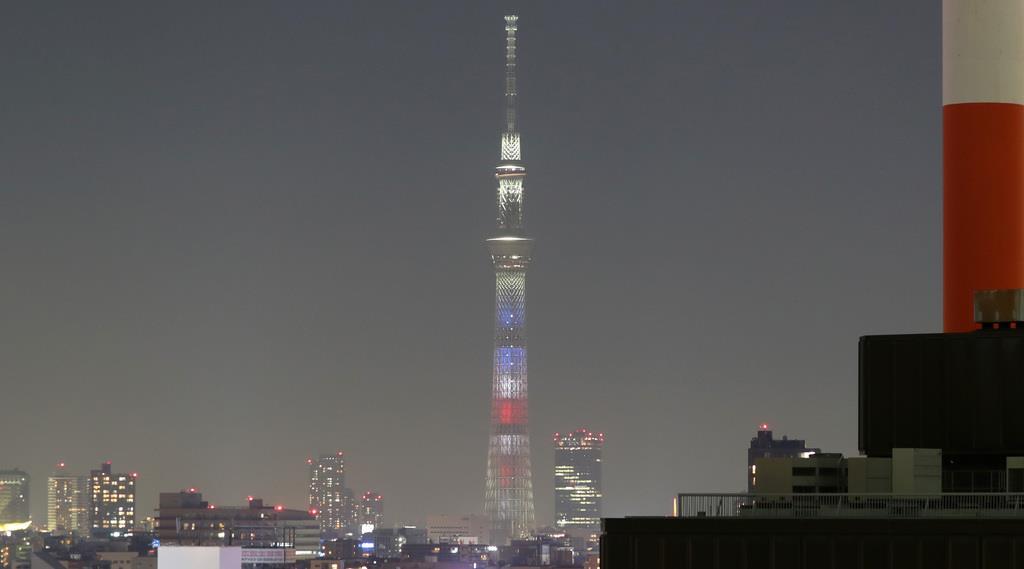 トランプ米大統領来日に合わせて、米国国旗の色に点灯する東京スカイツリー=25日午後、東京都千代田区(佐藤徳昭撮影)