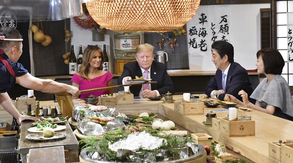 東京・六本木の炉端焼き店で夕食を共にするトランプ米大統領夫妻