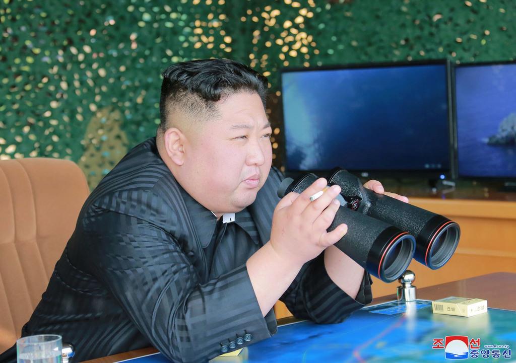 北朝鮮の朝鮮中央通信は「日本が北朝鮮敵視政策を正当化するために拉致問題を利用している」と論評した。写真は4日、軍事訓練を視察する北朝鮮の金正恩朝鮮労働党委員長(朝鮮中央通信=共同)