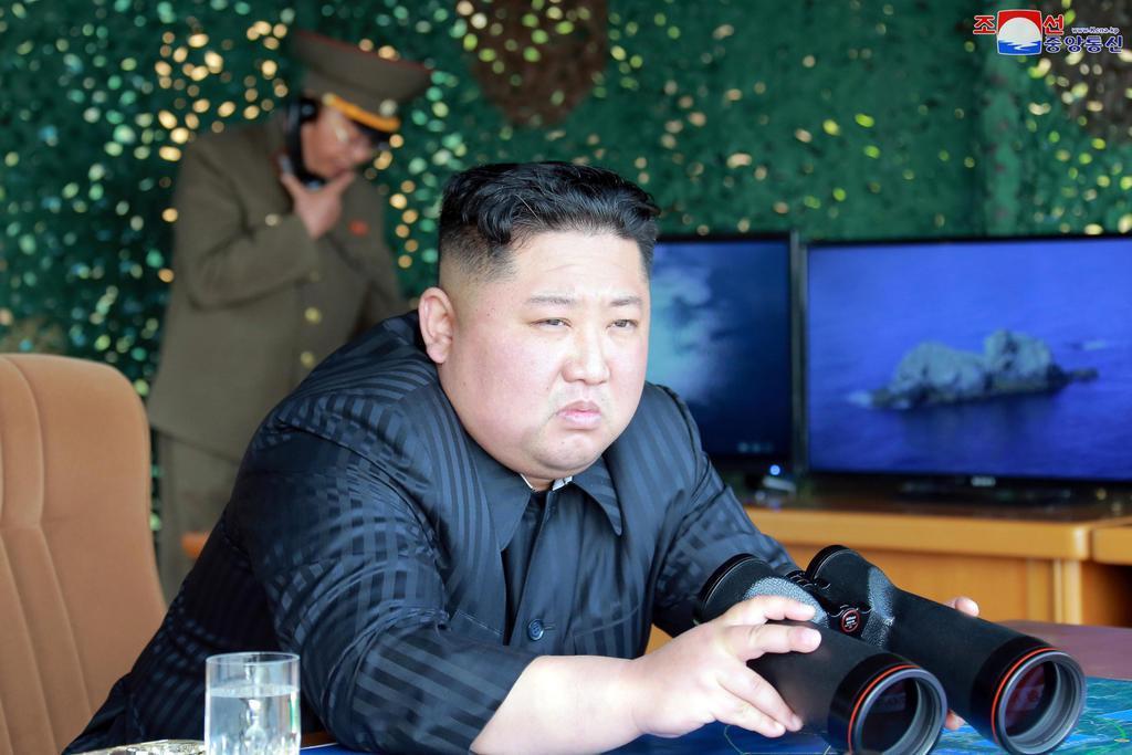 4日、火力打撃訓練を指導した北朝鮮の金正恩朝鮮労働党委員長(朝鮮中央通信=共同)