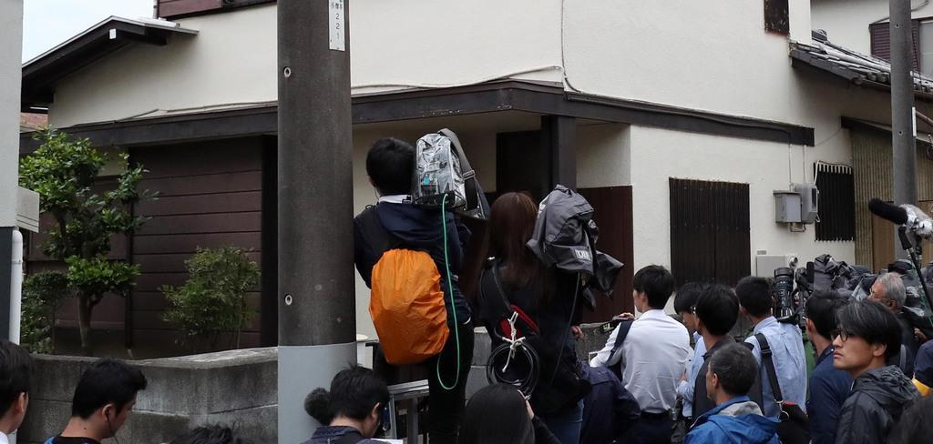 岩崎隆一容疑者が住んでいたとみられる自宅の前には、大勢の報道陣が集まった=28日午後、川崎市麻生区(佐藤徳昭撮影)