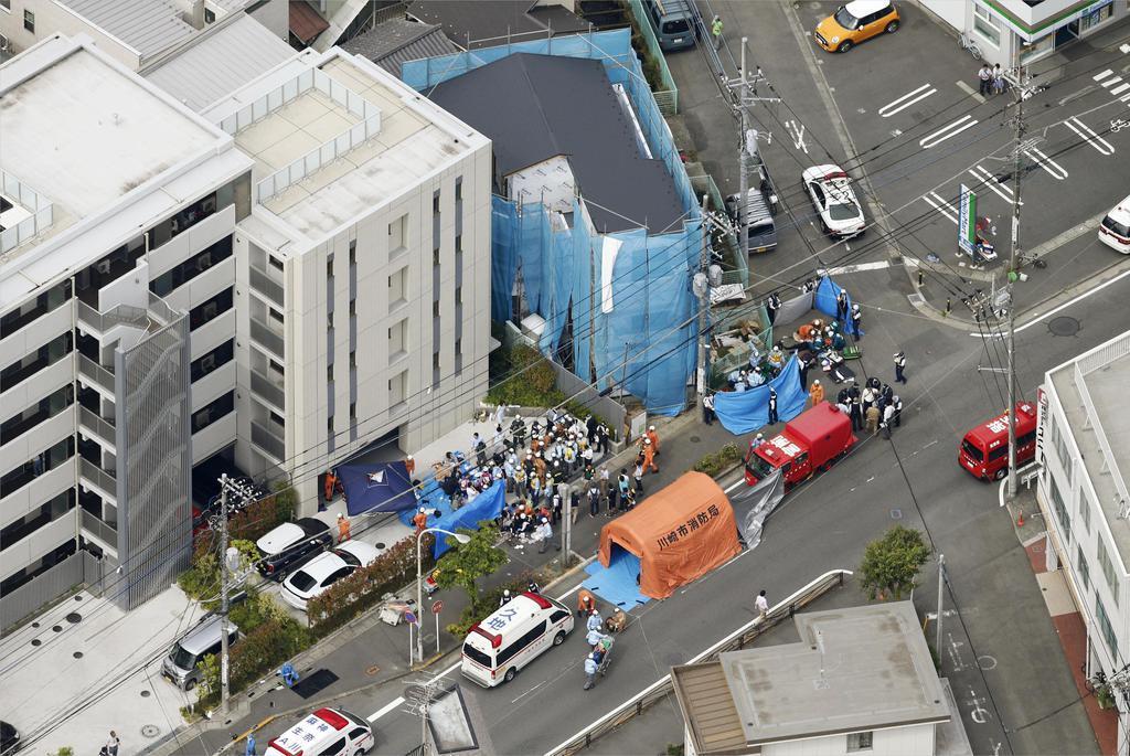 複数の人が刺され、騒然とする現場付近=28日午前8時38分、川崎市多摩区(共同通信社ヘリから)