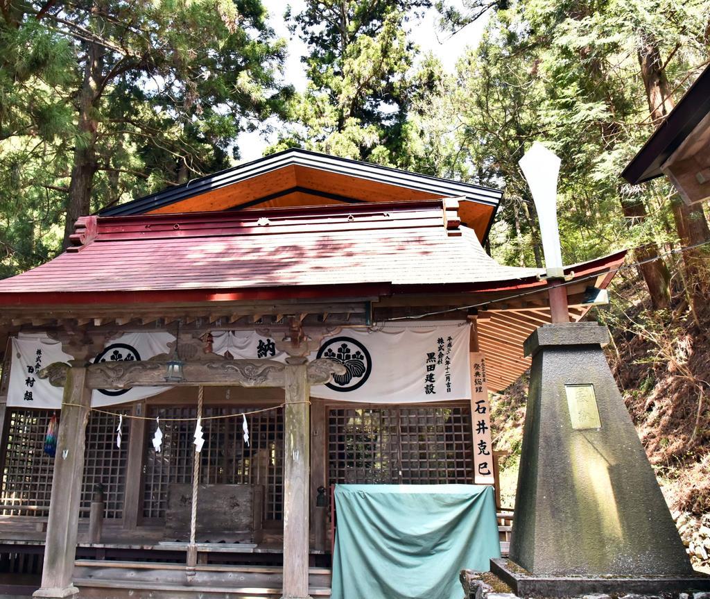 拝殿と日本武尊東征に由来しているという巨大な剣(右)=山梨県上野原市棡原