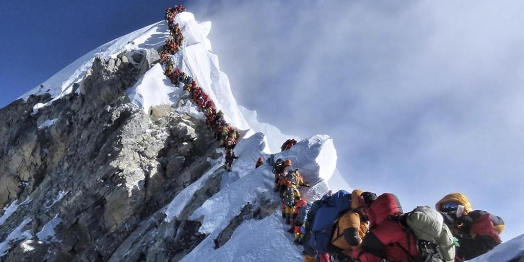 エベレスト山頂付近の登山者の行列=22日(AP)