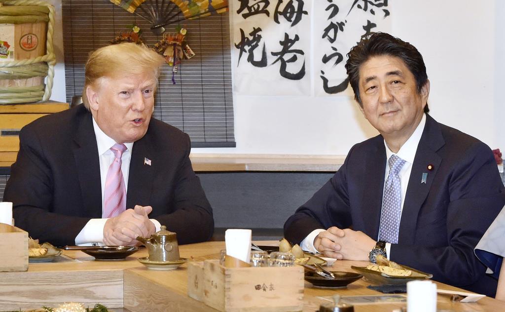 東京・六本木の炉端焼き店で夕食を共にしたトランプ米大統領(左)と安倍首相=26日夕