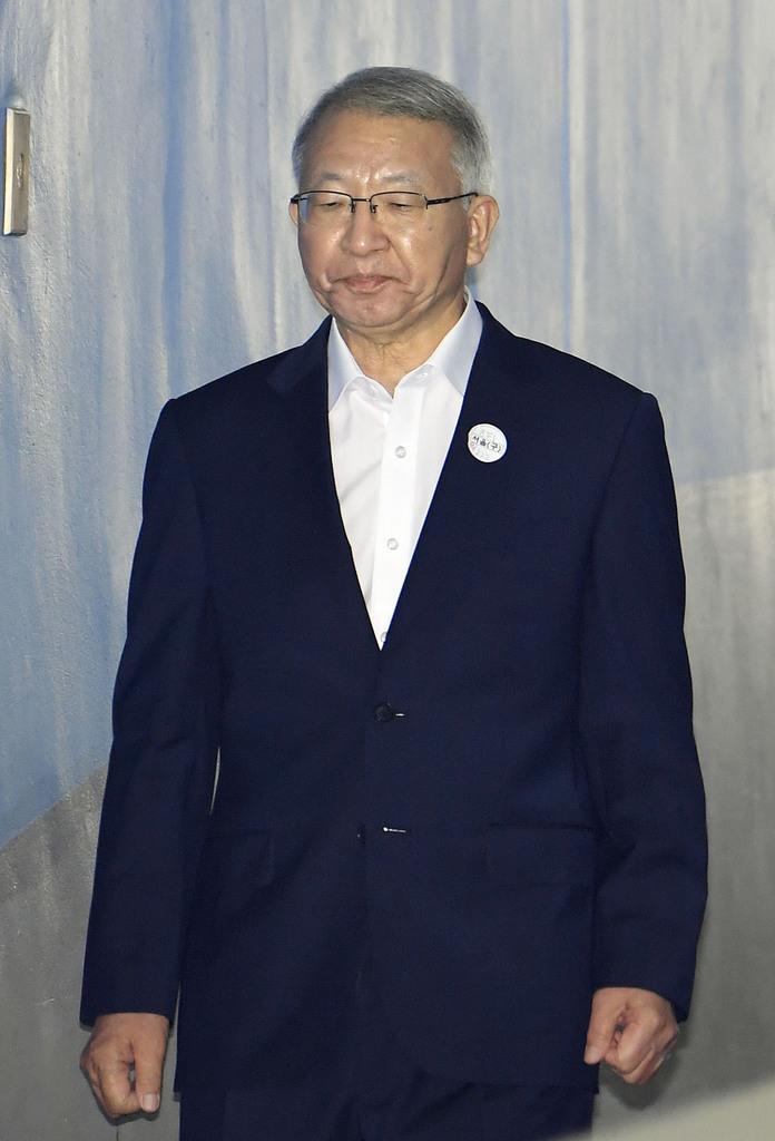 初公判に向かう前最高裁長官の梁承泰被告=29日、ソウル中央地裁(共同)