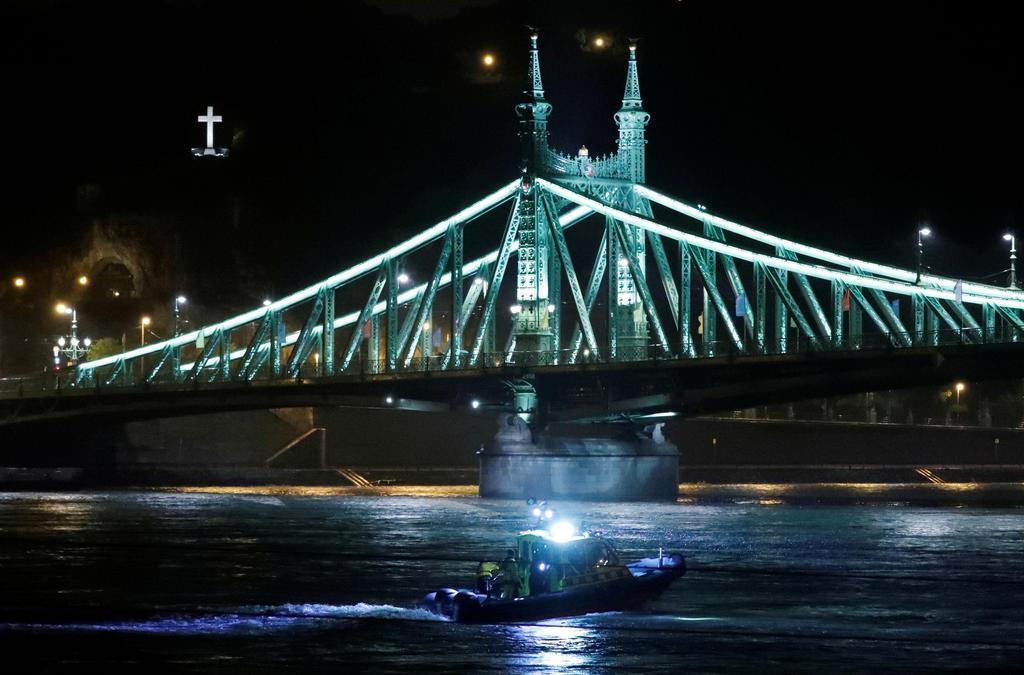 ドナウ川を航行する救助船=29日、ハンガリー・ブダペスト(ロイター)