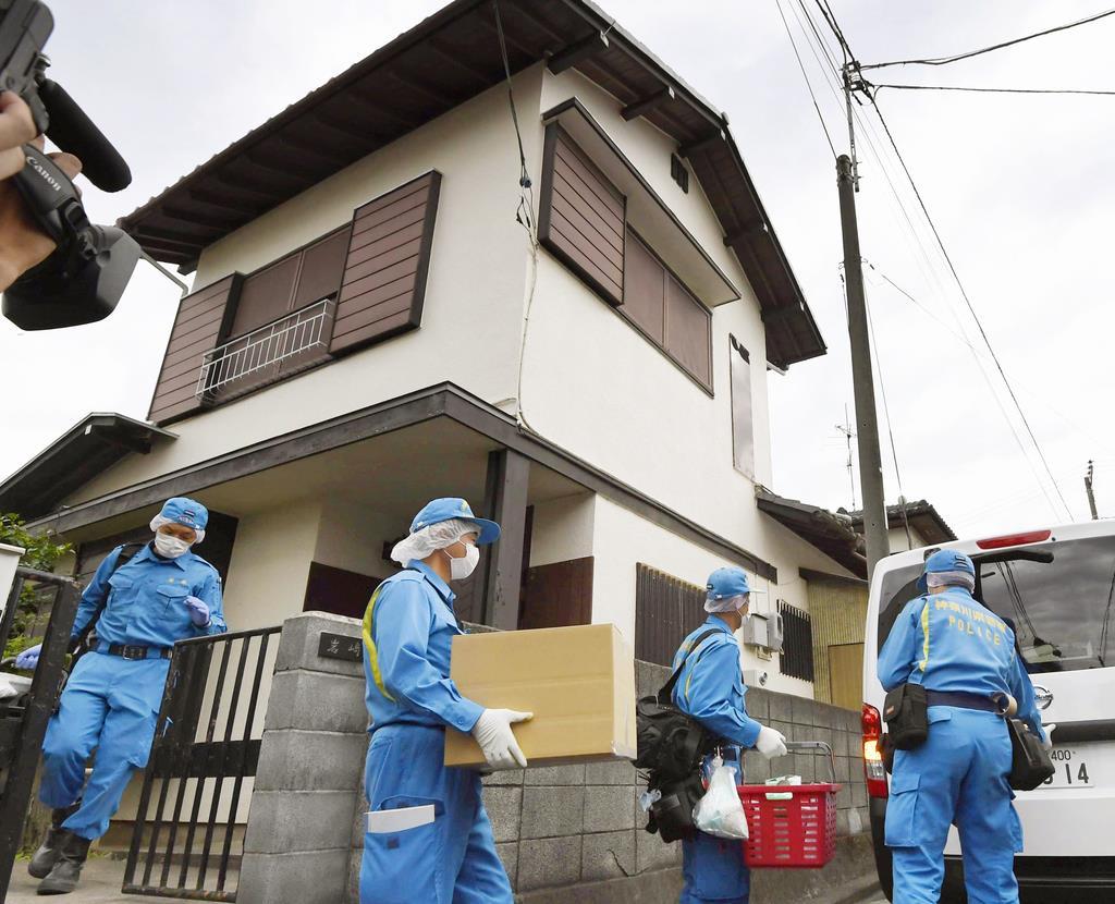 岩崎隆一容疑者の自宅から段ボール箱などを運び出す神奈川県警の捜査員=29日午後、川崎市麻生区