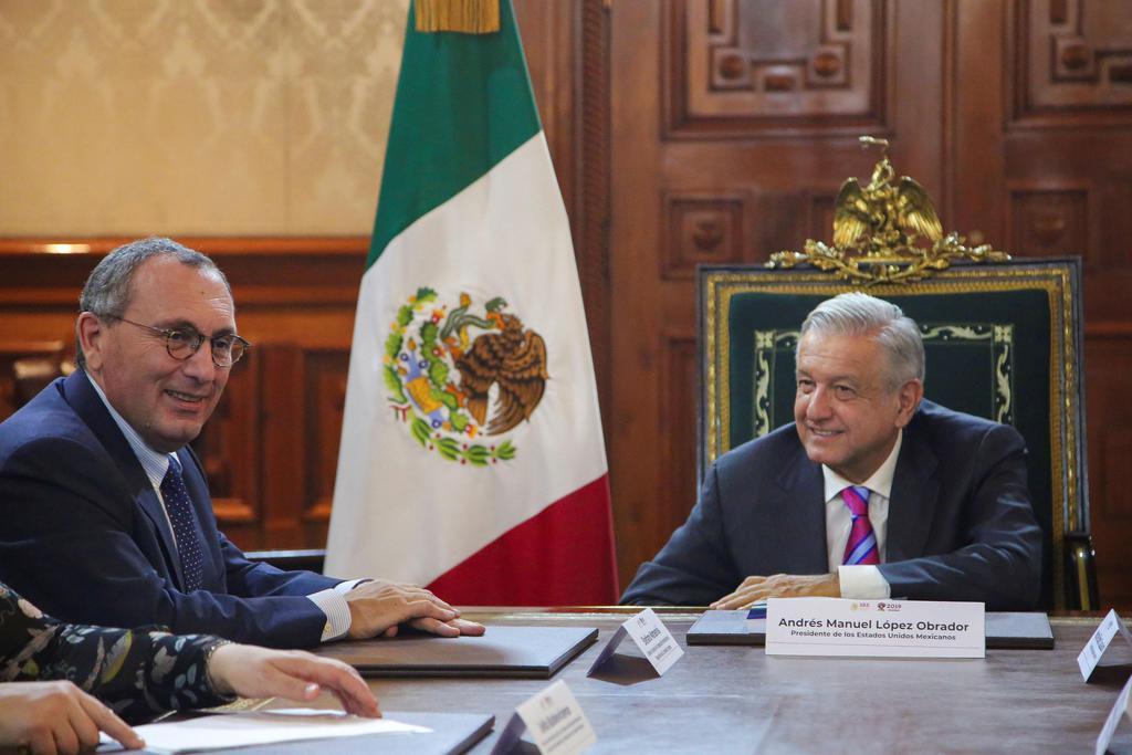 30日、欧州連合(EU)欧州委員会幹部と会談するメキシコのロペスオブラドール大統領(右)=メキシコ市(ロイター=共同)