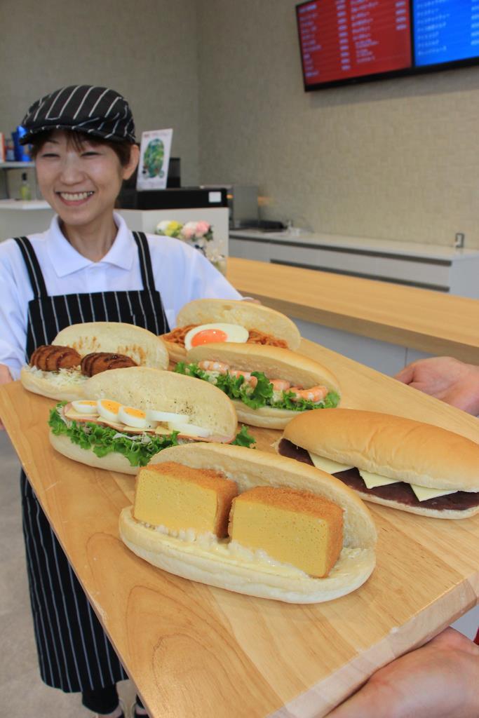 総菜系やおやつ系の豊富な種類のコッペパン商品を楽しめる「コッペ亭」=福井市