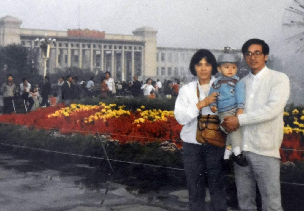 1985年頃に中国・北京の天安門広場で撮影した尤維潔さん一家のスナップ写真(尤さん提供)
