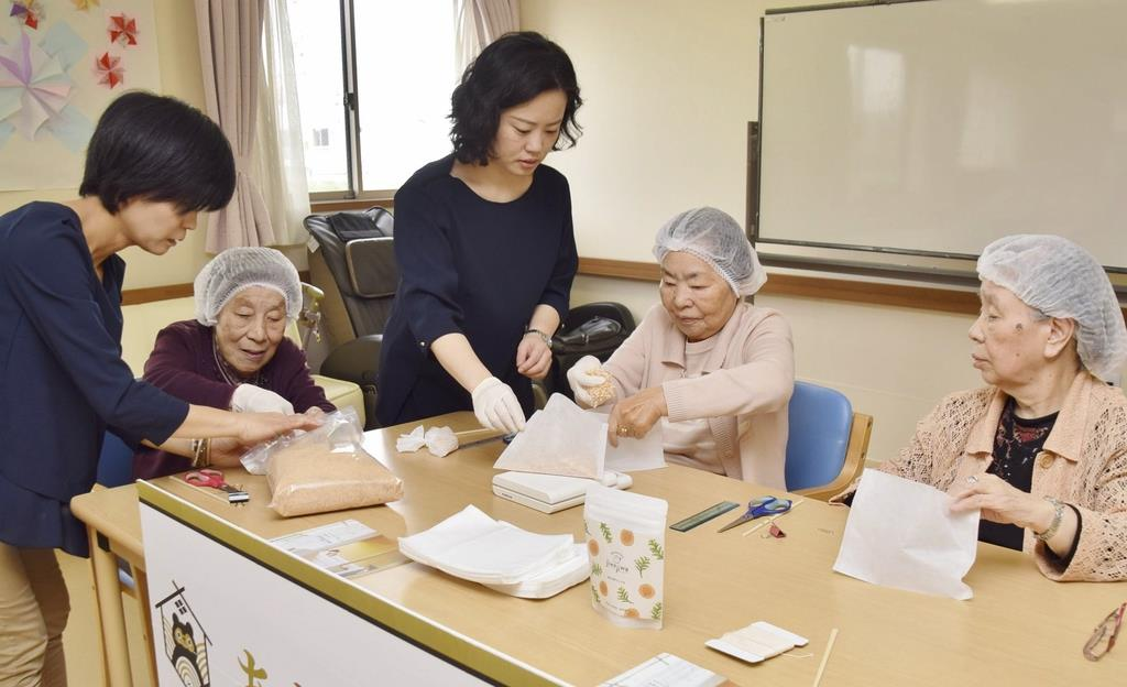 入浴剤の袋詰め作業を体験する施設入居者=奈良市