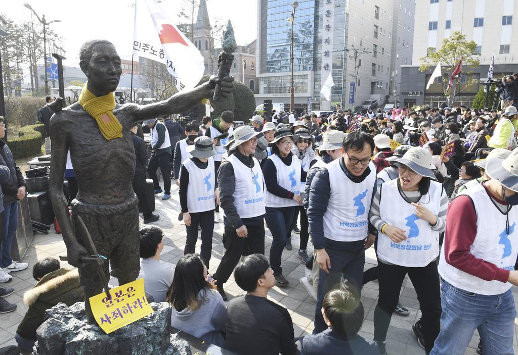 韓国・釜山の日本総領事館の近くにある公園前の歩道に置かれた「徴用工像」=3月(共同)