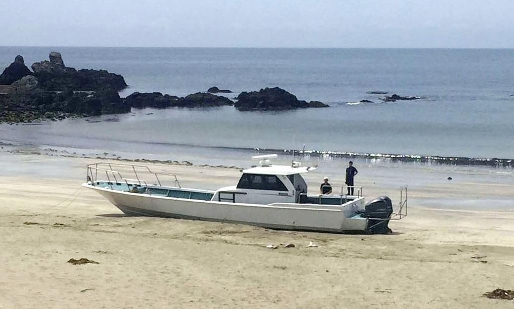 静岡県南伊豆町の沿岸で見つかった船。中から大量の覚醒剤が押収された=4日(近隣住民提供)