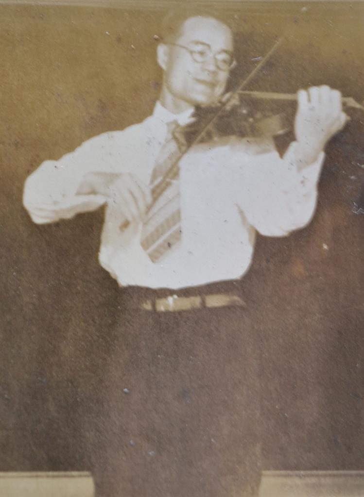 バイオリンを弾く若き日の武田茂さん(牧野直子さん提供)