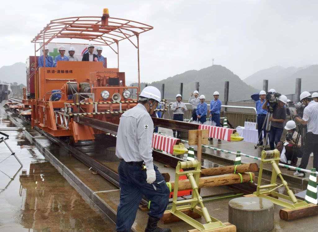 平成30年8月に九州新幹線武雄温泉-長崎間で始まったレールの敷設作業。一方で新鳥栖-武雄温泉間の行方は見通せないままだ
