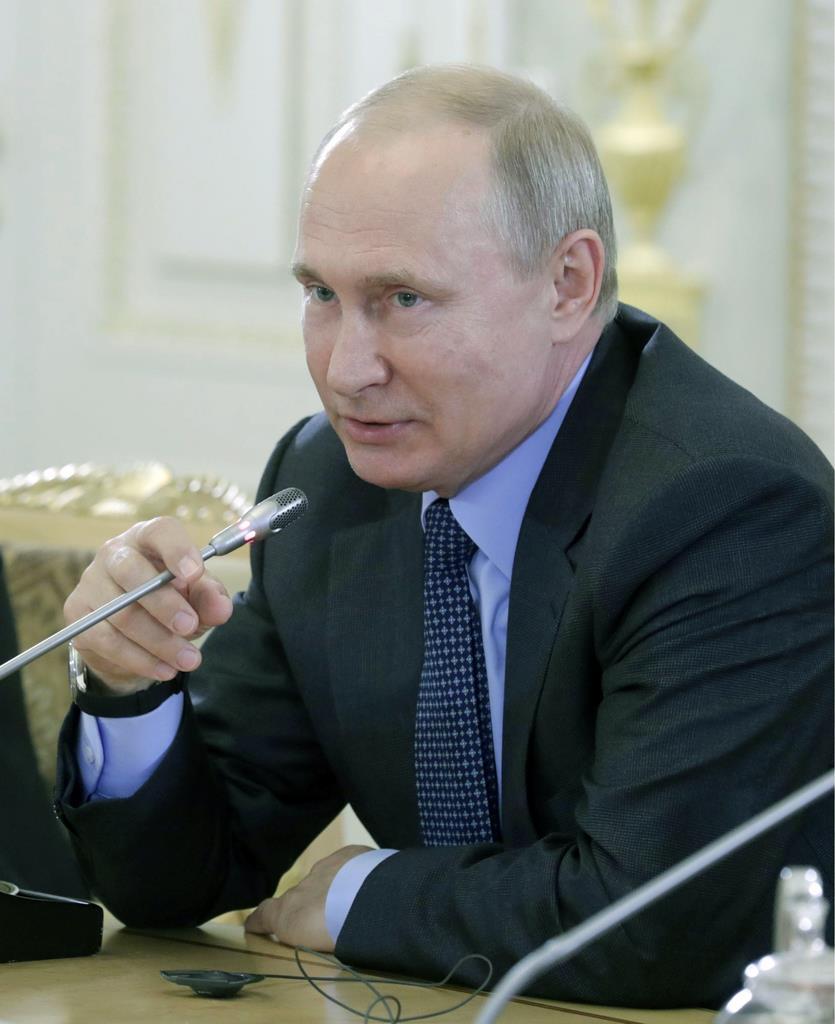 6日、ロシア・サンクトペテルブルクで、各国の主要通信社幹部と会見するプーチン大統領(タス=共同)