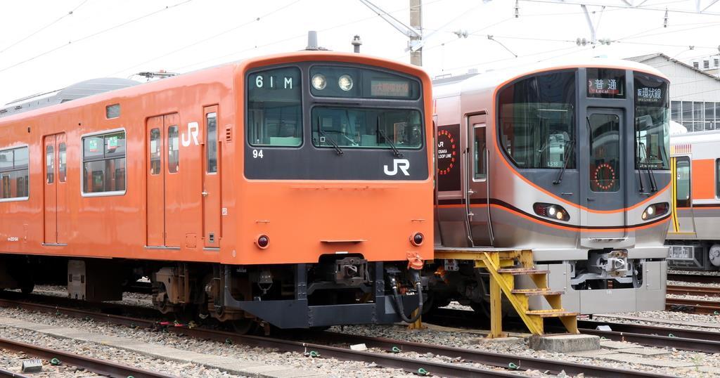 7日にJR大阪環状線を最終運行する201系(左)。右は最新の323系=大阪市城東区(前川純一郎撮影)