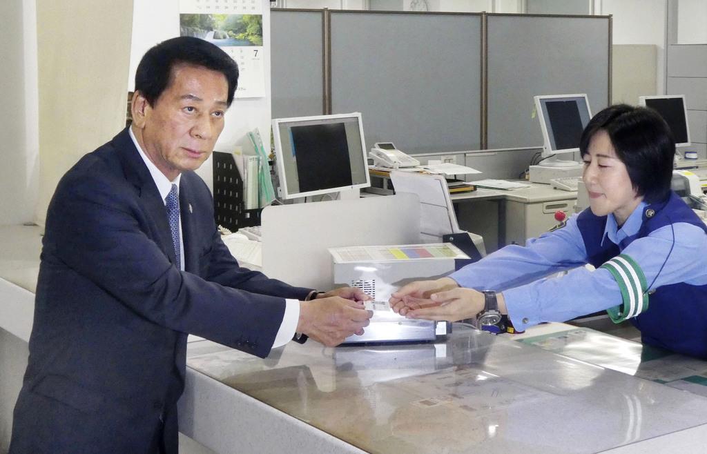 鮫洲運転免許試験場で運転免許証を自主返納する杉良太郎さん=7日午後、東京都品川区