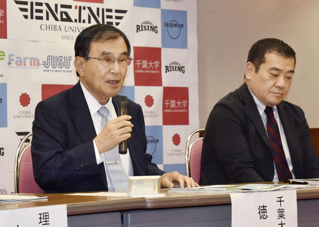 記者会見で授業料の値上げについて説明する千葉大の徳久剛史学長(左)=7日午後、千葉市