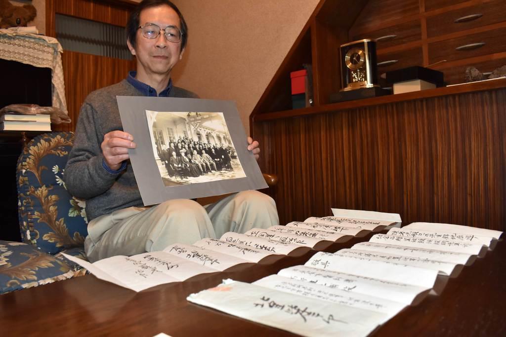 北里とコッホが日光を訪れた際の記念写真を持つ高野隆史さん=いずれも日光市下鉢石町の高野さん宅