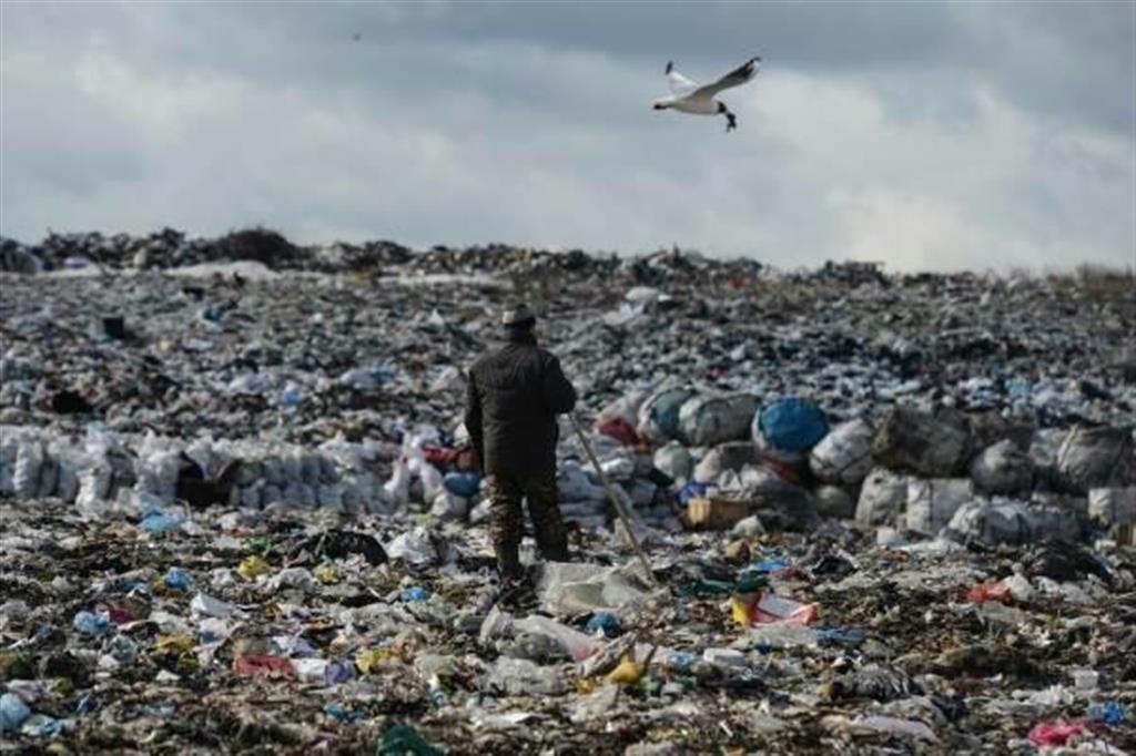 シベリア・ノボシビルスク州にある生活ごみの埋め立て場(国営ロシア通信)