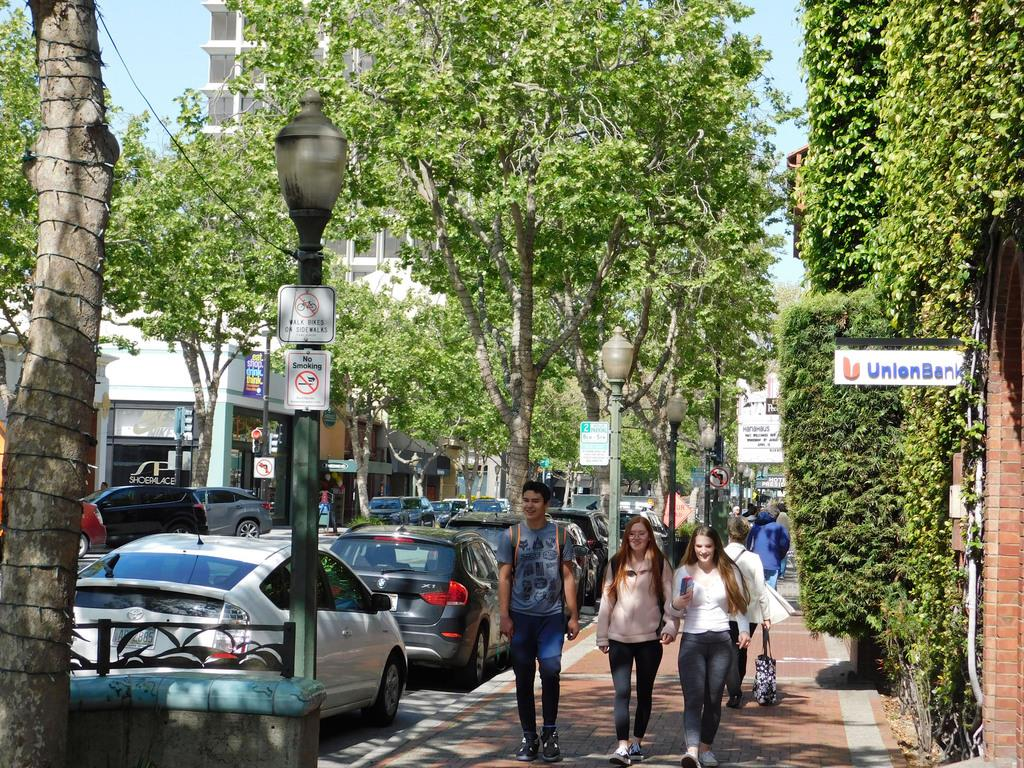 米シリコンバレーの一角、パロアルトにある「ユニバーシティーアベニュー」。名門スタンフォード大に近く、IT技術者らが集まるカフェなどが並ぶ