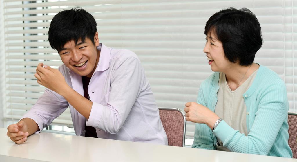 乳がんサバイバーの本藤克子さんと長男の幹己くん(左)=6月3日、東京都千代田区(鴨川一也撮影)